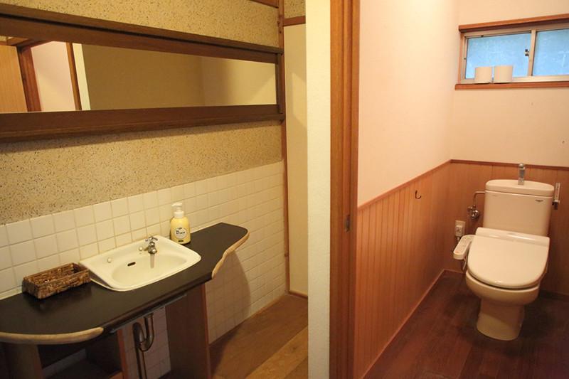 温水洗浄便座付トイレと洗面所の写真