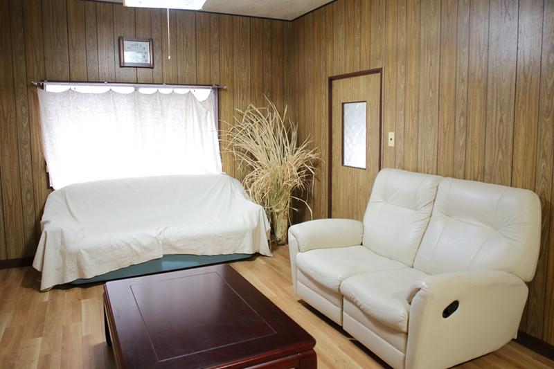 共有スペースの8畳洋室の写真