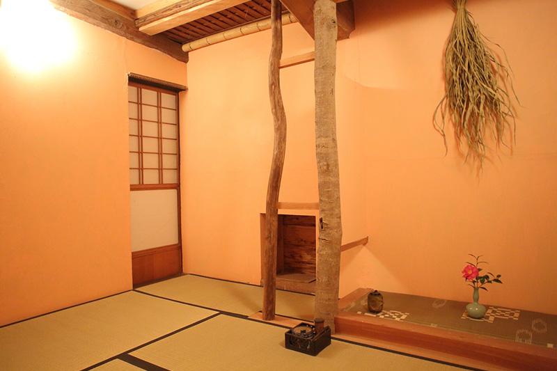 お茶室の内観の写真