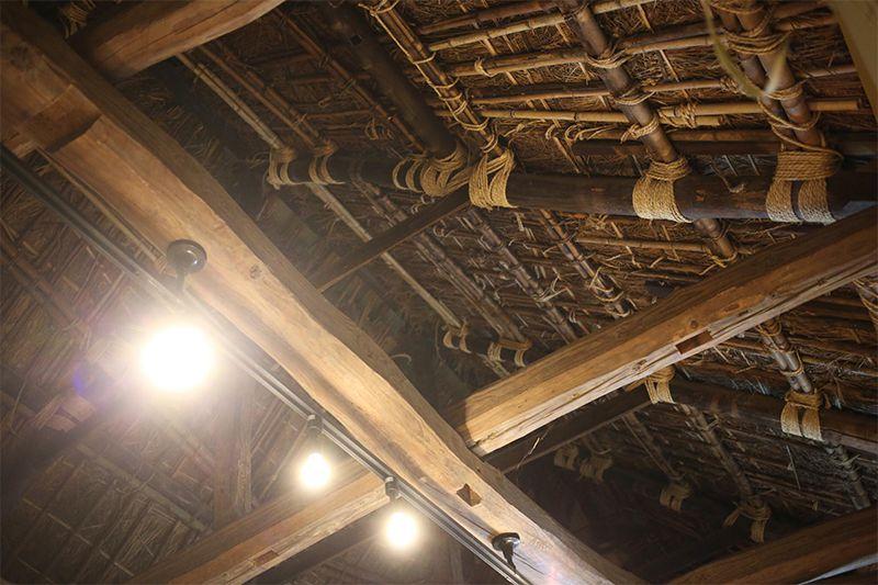茅葺と重厚な梁がノスタルジックな雰囲気の店内の写真