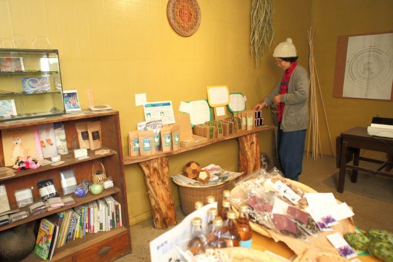 マリポの店、マリポの農産物や加工品、厳選した体に優しい調味料やおやつ、衣類を販売
